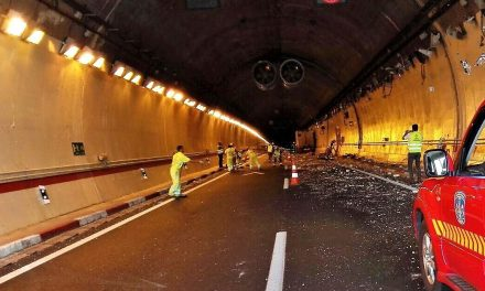 Un camión causa daños en los túneles de Miravete