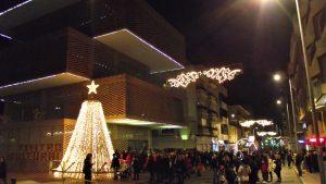 Los niños y las familias hacen cola para ver a Papá Noel