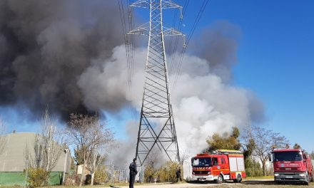 Arde una empresa en la carretera de Jarandilla