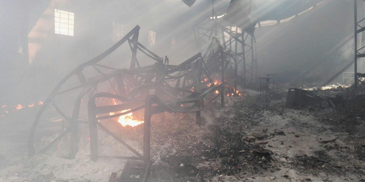 Un incendio destruye la fábrica Carcamovil S.L. de Jaraíz de la Vera