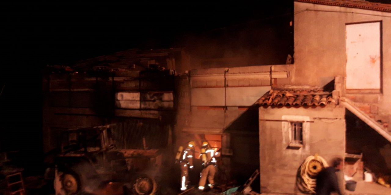 Incendio en una nave de la finca El Robledo de Losar de la Vera