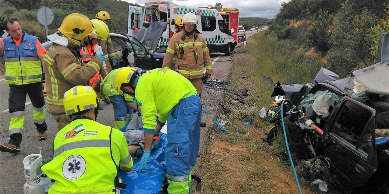 Tres heridos graves entre Deleitosa y Robledollano al chocar dos turismos