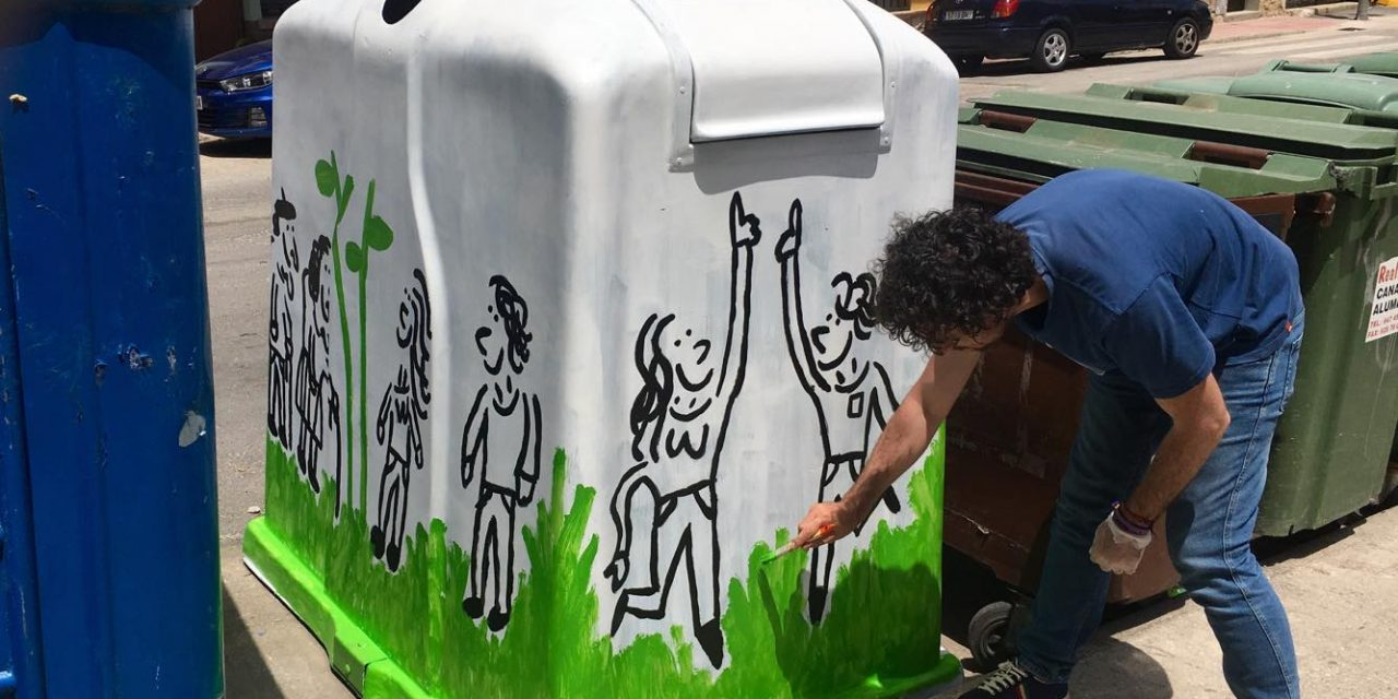 Jairo Jiménez está entre los artistas que han pintado los contenedores de Madrigal de la Vera
