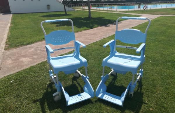 Dos sillas adaptadas en la piscina suman para la accesibilidad en Navalmoral
