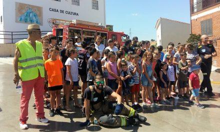 Los bomberos imparten una charla informativa en Bohonal de Ibor (Cáceres)