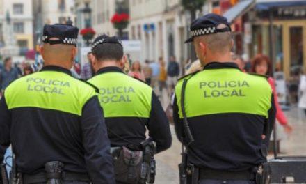 Cuatro policías locales se encargan de la Campaña de vigilancia de limpieza e higiene en la vía pública