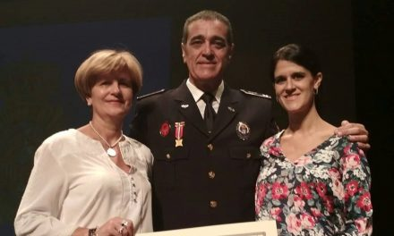 El jefe de la Policía Local morala, Carlos Marcos, recibe de la Policía Nacional un reconocimiento a su gestión