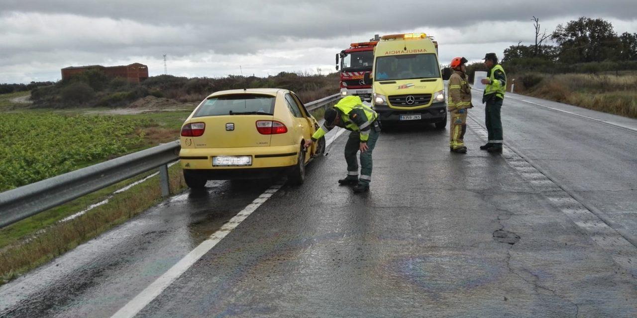 Los bomberos de Navalmoral rescatan a un conductor que resultó atrapado en su vehículo