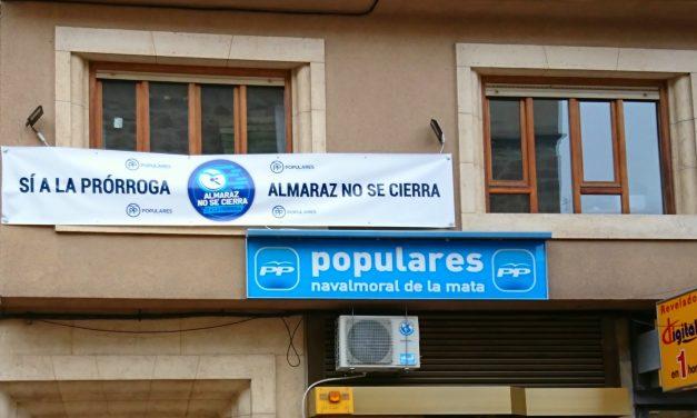 El PP moralo coloca una gran pancarta en defensa de CNA, en la fachada de su sede