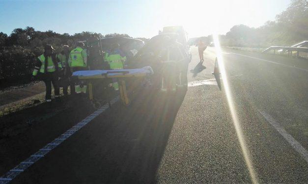 Mujer atrapada en el interior de un vehículo accidentado en La Bazagona