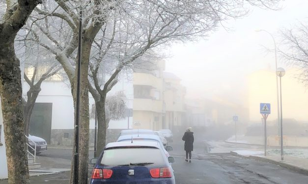 Navalmoral amanece entre niebla, frío y una gran helada