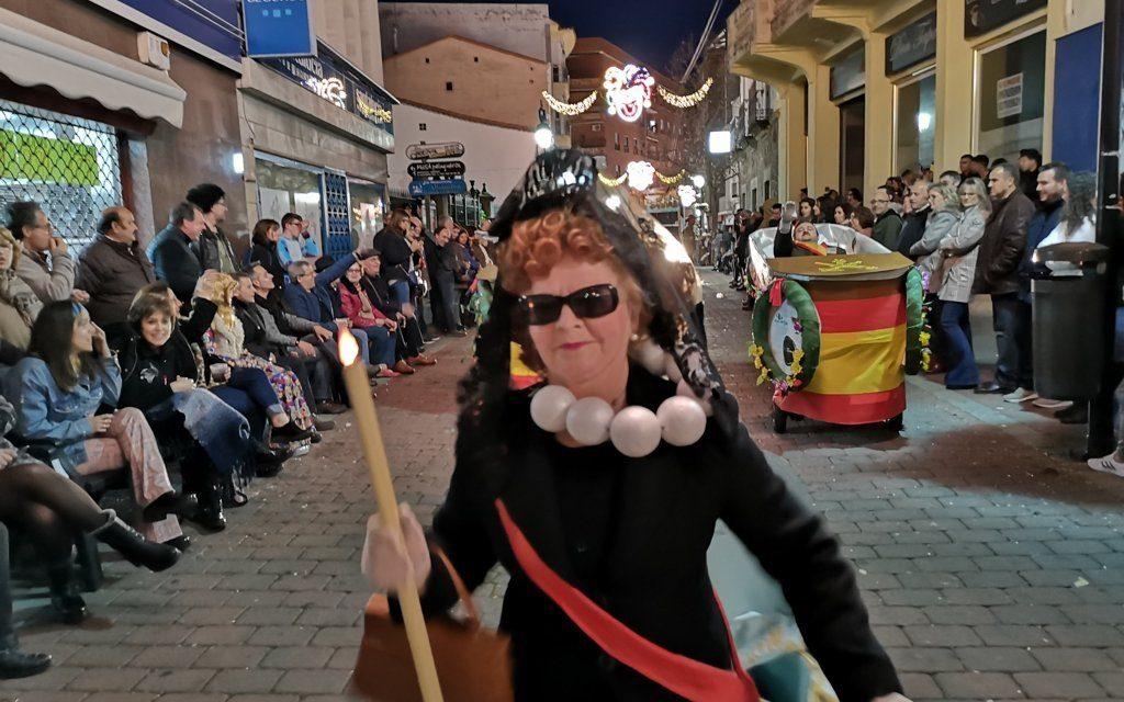 El desfile nocturno del Carnavalmoral hace desfilar a Franco entre churros y pollos