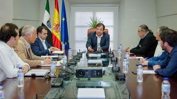 Fernández Vara recibe en Mérida al comité de empresa de CNA