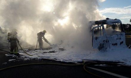 El fuego destruye un camión en la A-5