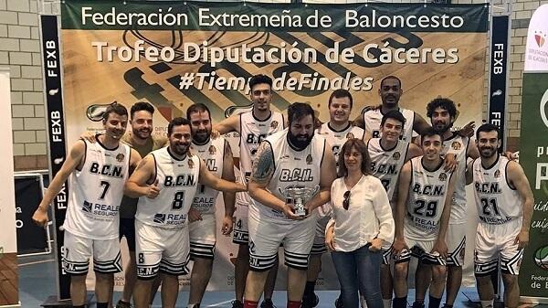 El equipo Reale Seguros Basket Club Navalmoral gana el Trofeo de Baloncesto Diputación de Cáceres.
