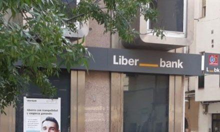 Herido un trabajador de Liberbank en Navalmoral, al sufrir una caída