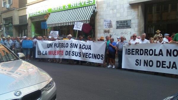 Peraleda de la Mata se manifiesta frente a la oficina de Iberdrola en Cáceres