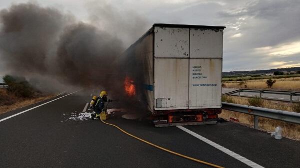 El fuego destruye un trailer en la A5 Km 193