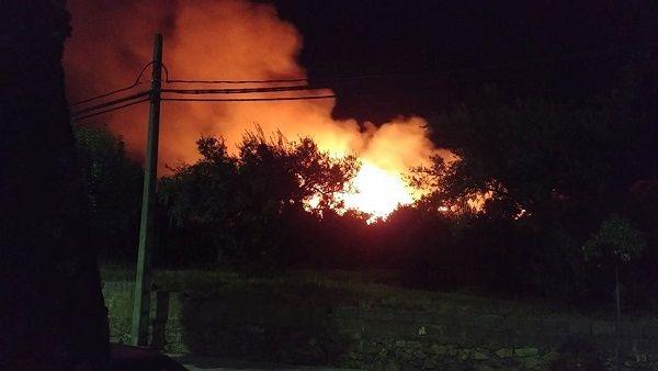 Incendio forestal en Jaráiz de la Vera cerca del nucleo urbano