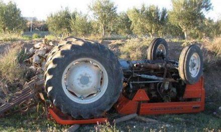 Varón de 24 años herido y atrapado al volcar un tractor en Pasarón de la Vera