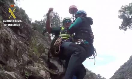 Vídeo del rescate en helicóptero de una barranquista entre Madrigal y Villanueva