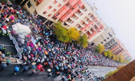 Miles de extremeños mojados piden con fuerza en Cáceres un #TrenDignoYA