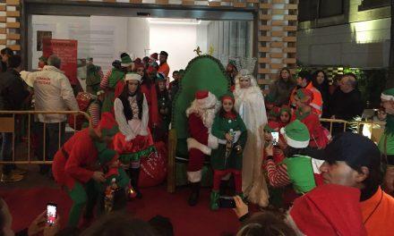 Papá Noel pasa por Navalmoral y se fotografía con los más pequeños