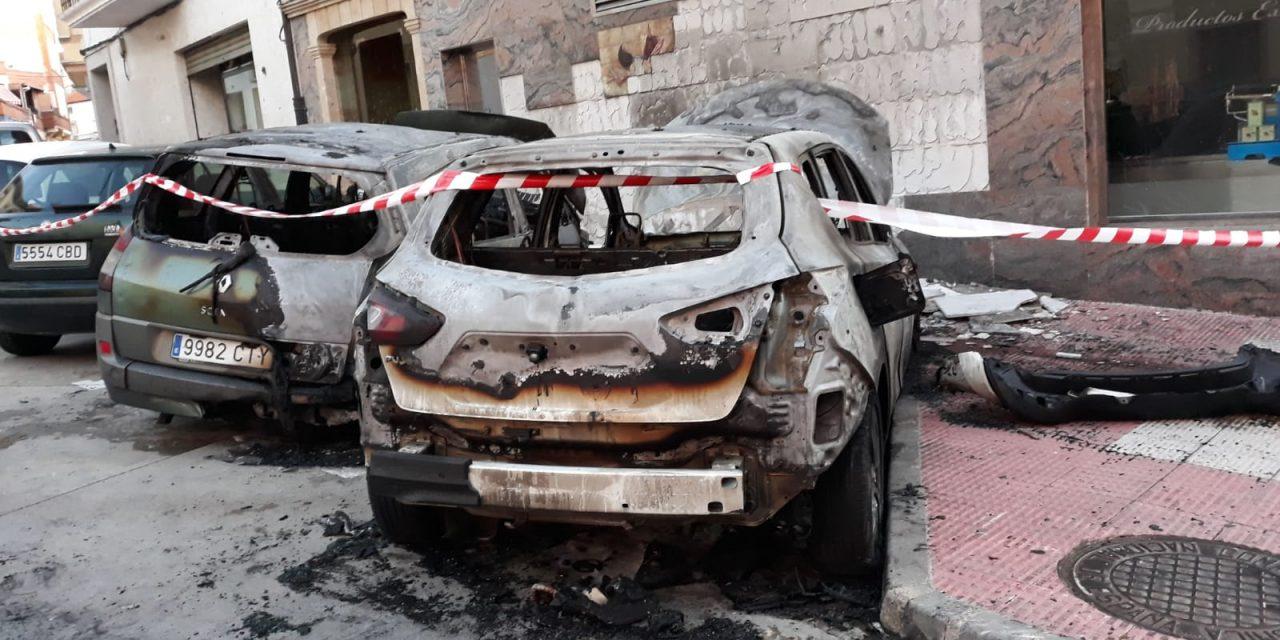 Las llamas dañan tres vehículos y una charcutería en Jaraíz de la Vera