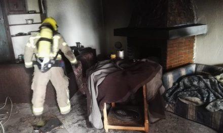 Una persona se atrinchera en su casa, en Talayuela, y le prende fuego