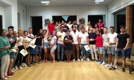 Los jóvenes participantes en el programa Ítaca reciben su diploma en el ECJ de Navalmoral