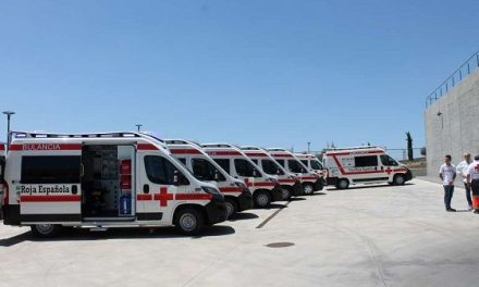 Cruz Roja Extremadura recibe seis ambulancias y una UCI móvil financiadas por la Junta