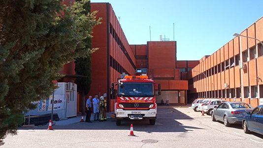 Los bomberos participan en un simulacro de incendio en el Hospital Campo Arañuelo