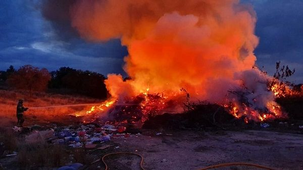 Incendio intencionado en el punto de residuos de poda de Talayuela