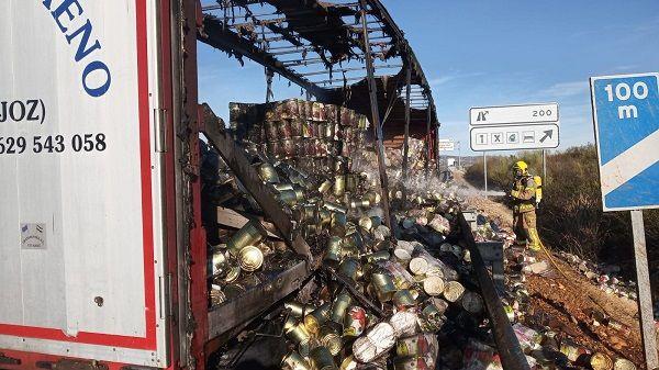 Arde un camión cargado de conservas de tomate, en la A-5