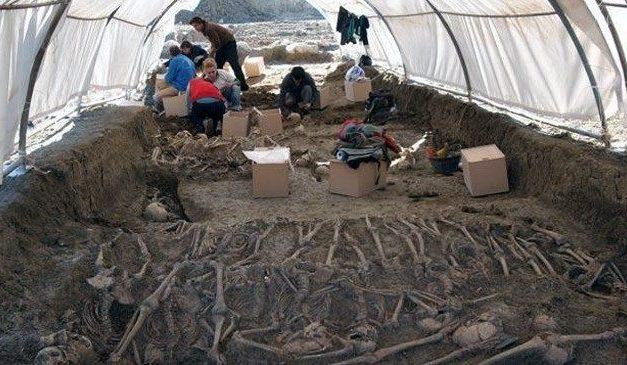 Justicia actuará en fosas comunes de los cementerios de Navalmoral, Fuentes de León y Puebla del Maestre