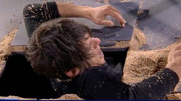 """El mago y escapista moralo, Alfred Cobami, se """"entierra vivo"""" en Tú sí que vales, Italia"""