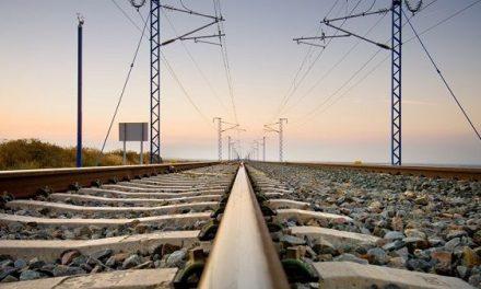 Adif comienza a instalar los primeros postes eléctricos para las vías de Extremadura