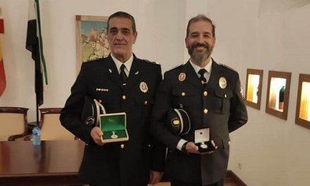 El jefe de la policía morala, Carlos Marcos, y el oficial, José Luis Baños, reciben un reconocimiento de Ajeploex