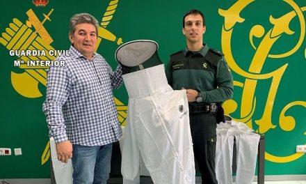 La Guardia Civil de Cáceres recibe tres trajes de apicultor donados por el sector apícola cacereño