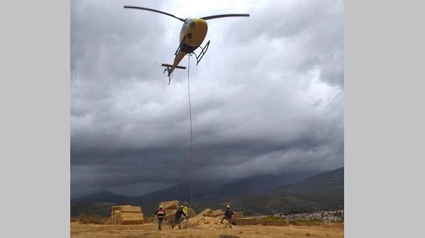 Un helicóptero del Infoex se incorpora a los trabajos de restauración forestal en el Jerte y la Vera