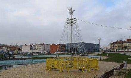 Los trabajadores municipales instalan adornos para el alumbrado navideño en Navalmoral