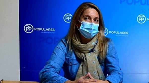La concejala popular Nuria Camacho muestra su apoyo a la corporación de Talayuela