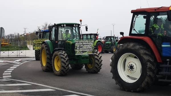 175 tractores y casi un centenar de tabaqueros cortan la A5
