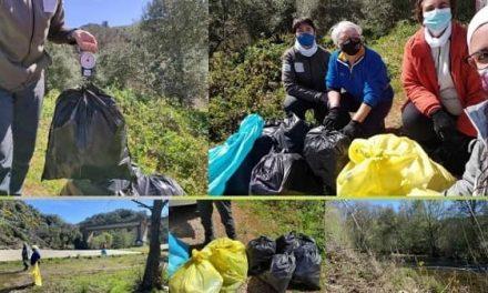 """Voluntarios de Castañar de Ibor recogen 13,5 Kg de """"basuraleza"""" en el río Ibor"""