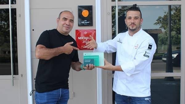 David Gibello recibe el premio Facebook Gather 2021 de manos del Chef Carlos Maldonado