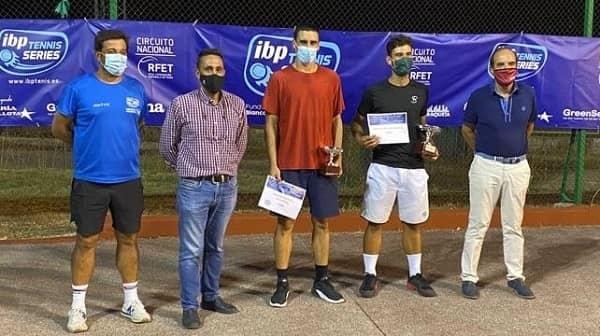 El V Torneo de Tenis IBP Villa de Navalmoral finaliza con la victoria del madrileño Santiago Plaza