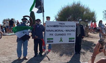 """Milana Bonita reivindica """"nuestro tren por derecho"""" al paso de La Vuelta en Navalmoral"""