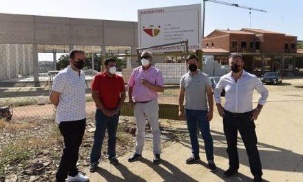 Carlos Carlos visita las obras del nuevo parque de bomberos de Guadalupe